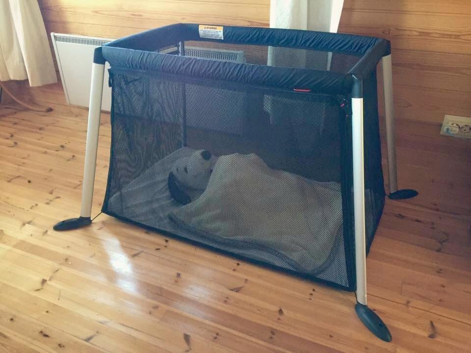 Sänky koottuna! Nukkuvana mallina miehen lapsuudenystävä Ressu-pehmoeläin.