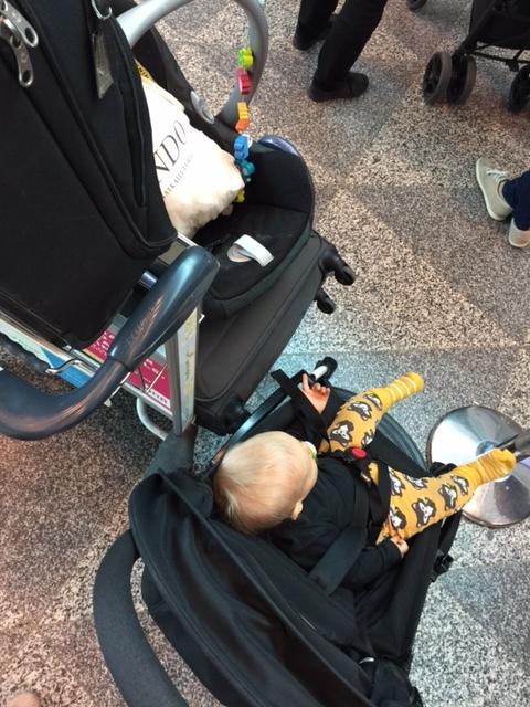Babyzen Yoyo -matkarattaat ovat varsin kätevät kentällä. Turvakaukalolle saimme Finnairilta ison muovipussin suojaksi.