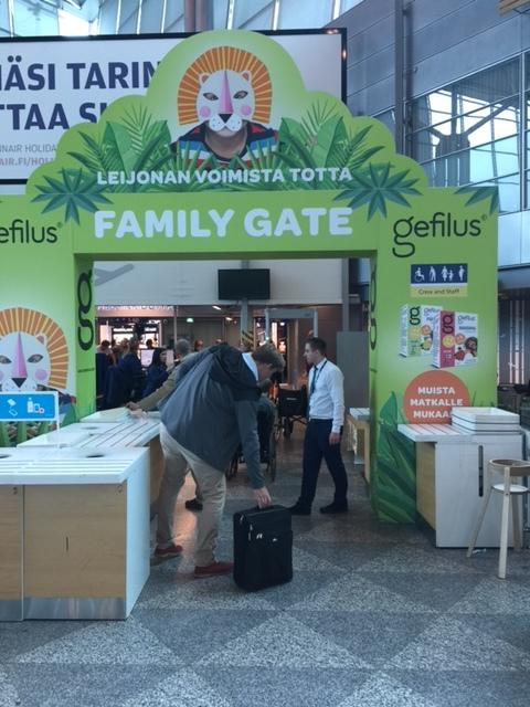 Perheportti Helsinki-Vantaan lentokentällä on kiva! Emme ole ikinä jonottaneet kentällä turvatarkastukseen.