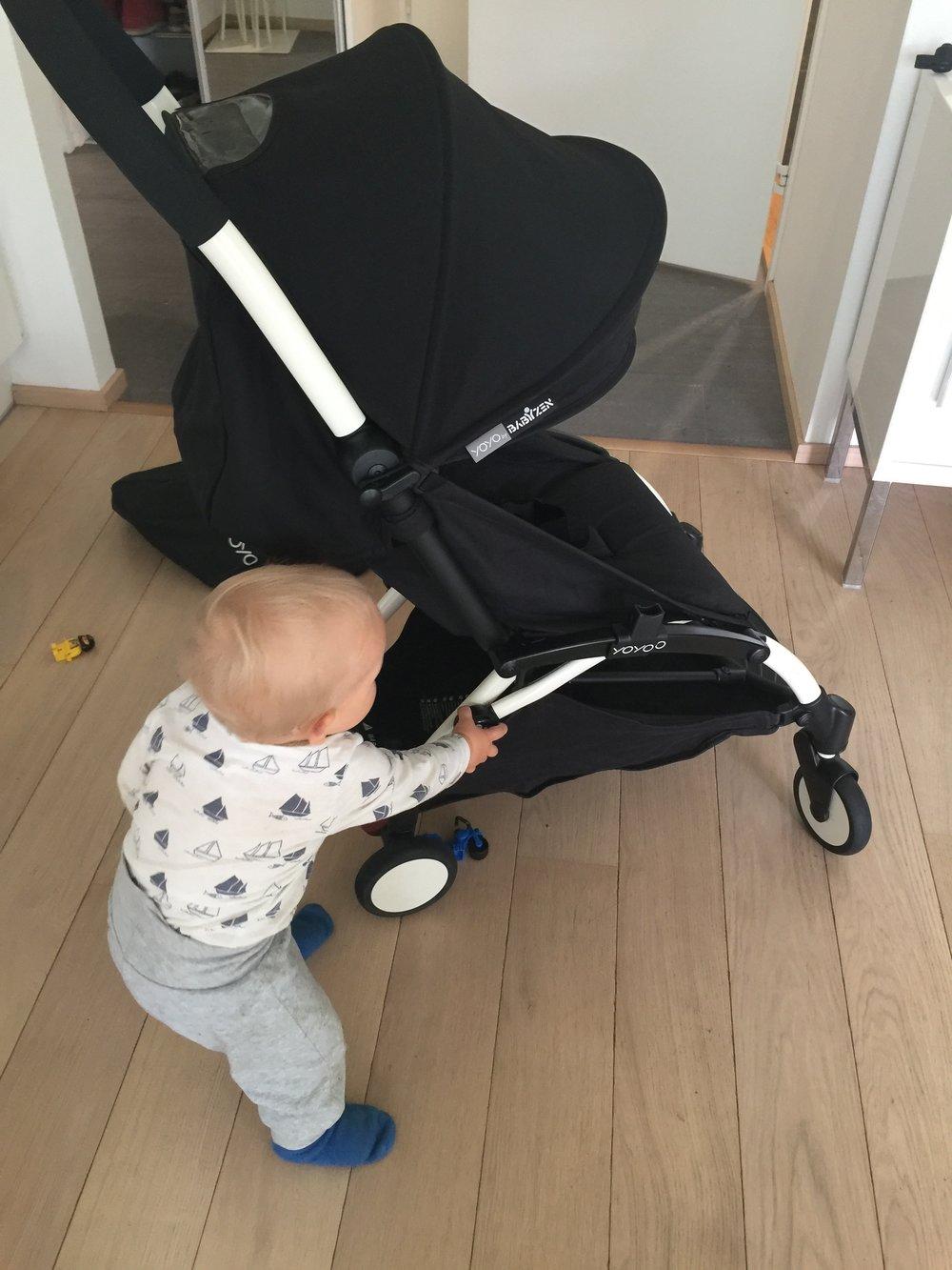 Poikani laittaa rattaita vuokrauskuntoon.
