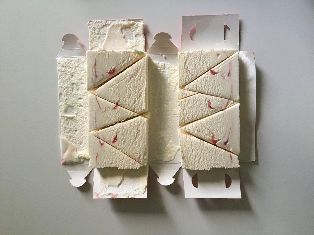 Leikkaa litran jäätelö pitkittäin kahtia ja puoliskot edelleen kolmioiksi