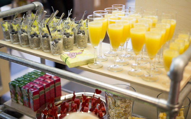 Lenkillä tarjoiltiin terveellisiä herkkuja: tuorepuuroa, alkoholitonta mimosaa sekä lapsille hedelmiä ja maissinaksuja.