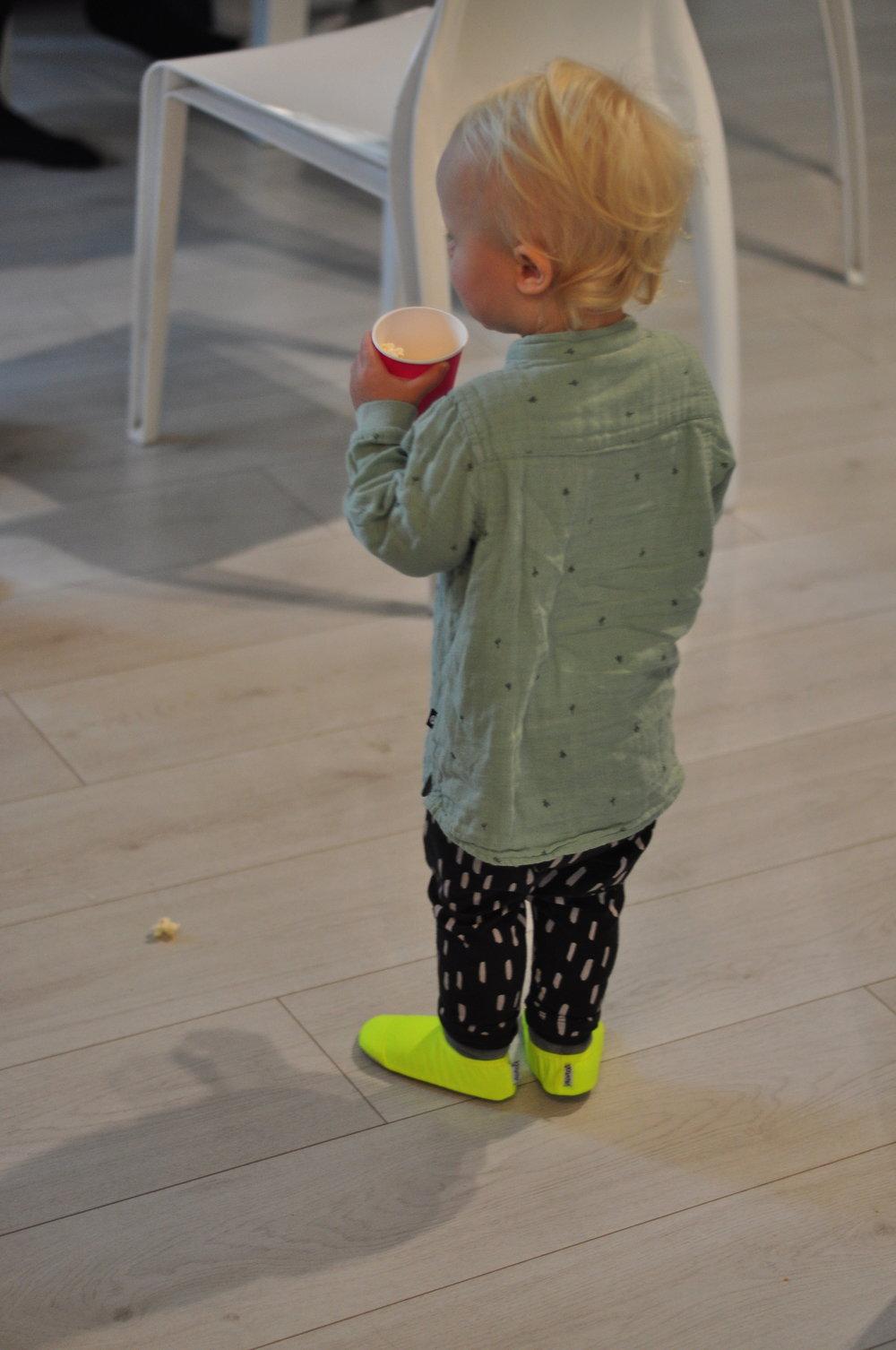 Yksivuotias saa tossut varmasti pian itse jalkaan.