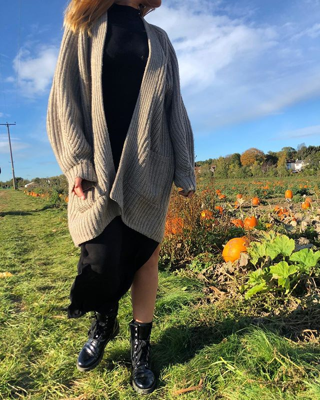 This look is on the blog now, click the link in the bio for more now 🎃 #ootd #pumpkinpicking #outfit #winter #autumn #fashion #style #minimal #layers #look #blog #blogger
