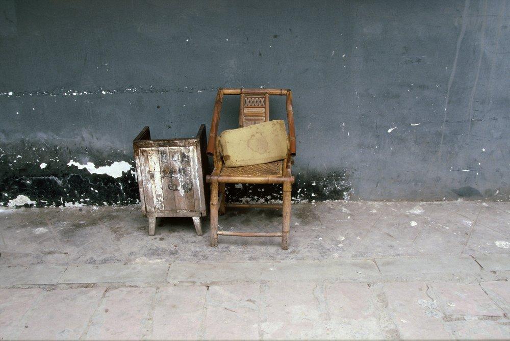 Shanghai; stoel & blauw:grijze muur.jpg