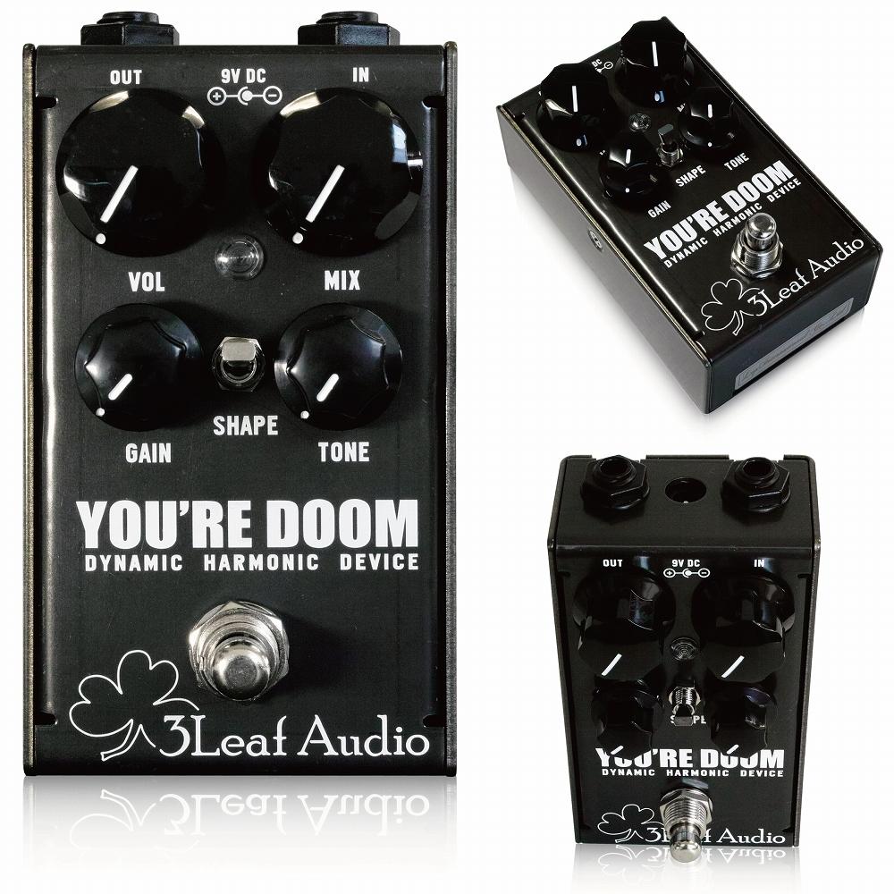 3Leaf Audio / You're Doom スリーリーフオーディオ / ユアドゥーム 3Leaf Audio You're Doomは、これまでのファズペダルに対する概念や常識を刷新します。 プレイングに対し高いレスポンスを持ち、ヴィンテージシンセサイザーをインスパイアさせるようなサウンドが生まれます。 強力なアッパーオクターブハーモニクスが、ファズペダル1台とは思えないほどの深いサウンドを作り、You're Doom1台で数々の音色を実現。ペダルボードのスペースも節約できます。 You're Doomは、全体域を出力することができ、ギターやベースだけでなく、様々な楽器を接続することができます。 Shapeスイッチを切り替えれば、パワフルなリードとミッドレンジを削りとったサウンドを選択できます。Toneノブはシンセサイザーのカットオフコントロールのように高域を調整できます。 You're Doomは、ホットロールされたスチールを用い、高い耐久性と美しい外観を両立しています。 また、ソフトタッチのリレートゥルーバイパスは、本体の電源が切れてしまった場合にも自動的にバイパスになるよう設計されています。 You're Doomはセンターマイナスのスタンダードな9Vアダプター(20mA以上)で駆動します。 Vol:音量を調整します。 Gain:ファズシグナルのゲインを調整します。このコントロールは幅広い設定が可能です。 Mix:インプットシグナルとファズシグナルをブレンドします。 Tone:2極性のローパスフィルターにより、ヴィンテージシンセサイザーのカットオフコントロールのように動作します。右に回せば、高域が減衰します。 Shape:ファズシグナルのEQカーブを切り替えます。上のポジションではフラットでリッチなハーモニクスを持つサウンド、下のポジションではミッドレンジを削り、ローエンドを強調したサウンドが得られます。