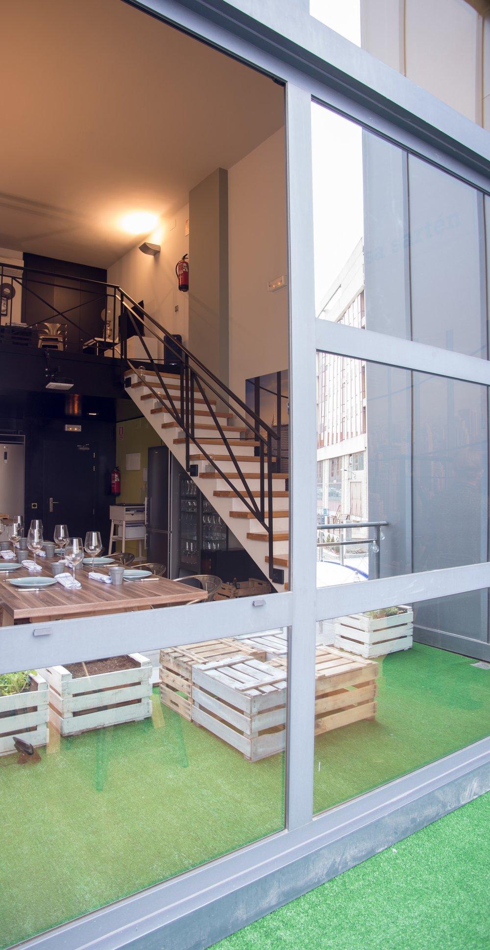 La terracita… - Es un pequeño balcón donde, además de tener nuestro pequeño huerto urbano y nuestra parrilla de carbón, dispone de una mesa y unos taburetes para quien quiera salir a tomar un vinito al aire fresco…