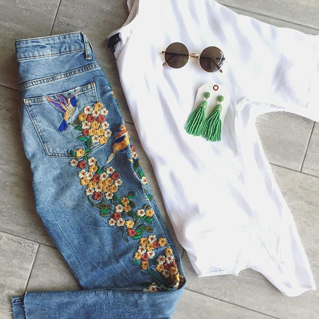 These floral embroidered @freepeople denim jeans are a dream! 128$ sizes 28-30 in stock !