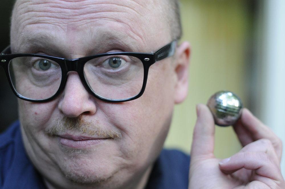 """""""Zieh ne Brille auf und nimm irgendwas in die Hand. """" rief die Fotografin Dunja M. im Sommer 2016. Schnell zu """"Rudi's Resterampe"""", eine 1a-Brille für 1,49€ käuflich erworben. Die Discokugel wurde in der linken Hosentasche gefunden."""