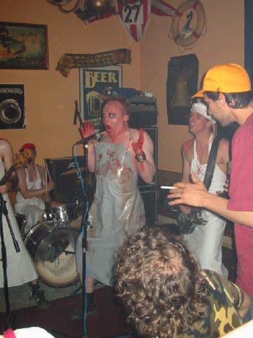 2004 AFQ im   Hafeneck  / Mainz: Die blutigste Phase der Band-Historie beginnt. Pikant: Im Bild rechts mit Bauhelm:  Alek - eben noch Fan, dann Keyboarder der Combo....für ein Konzert.