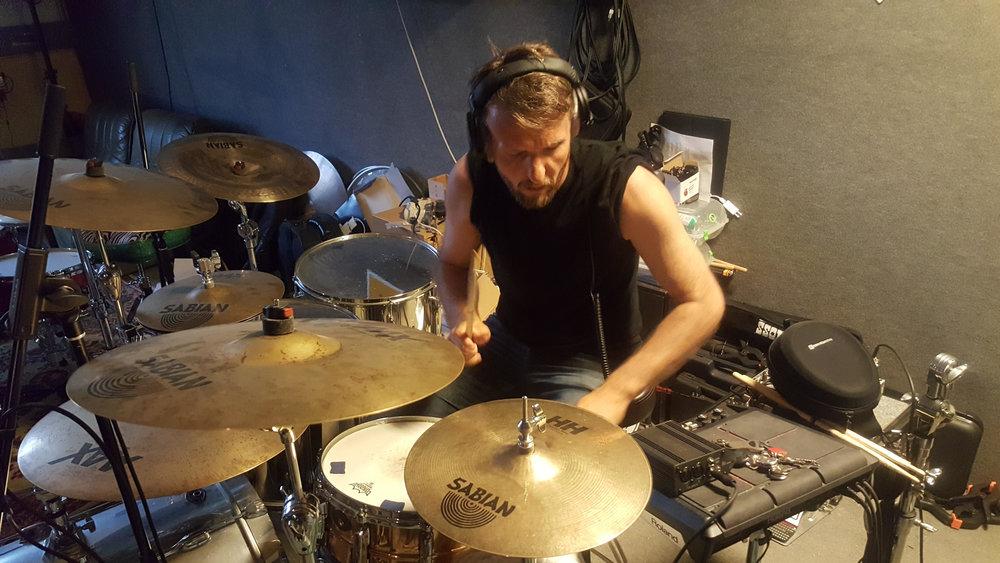 """.... von Schlagzeuger Harry Fox, der bei Wind und Wetter immer am besten aussieht       (file under: """"Ich schwitze nie"""")."""