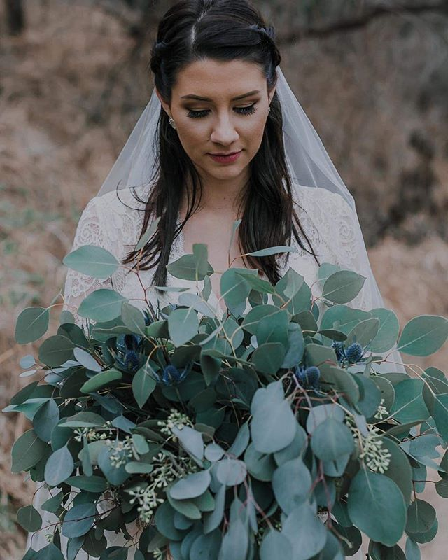 🥰Thinking back to this sweet bride and the gorgeous simplicity of her eucalyptus bouquet!  You think flowers smell amazing.. a bunch of eucalyptus gives the best smelling rose a run for its money!  Toss in some moody blue dynamite thistle and you have a winning combo 👌 😍