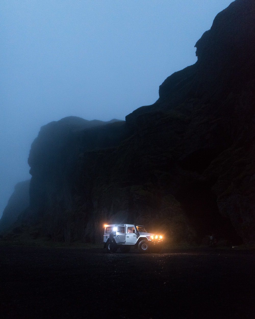 landrover in the foggy night