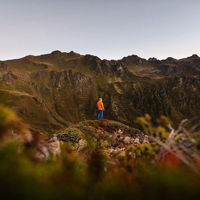You see these photos with blurry foreground and tiny person more and more often, yet there is a reason it works so well! The layers to make it more dynamic, a touch of colorful foreground for the depth and of course a self-timer me, because I wanted to show off my orange jacket 😎  ___ #nikonnl #meinmontafon #echterlebt #visitvorarlberg #colorful #bokeh