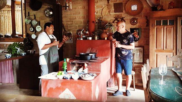Hoje tivemos a gravação do documentário Comida é Arte - Terroir Brasil, uma série que vai circular o Brasil conectando o mundo gastronômico com o mundo artístico, apresentada por Josimar Melo. O chef Eudes Assis preparou o típico prato caiçara Azul Marinho em nosso fogão de lenha. Grande encontro! ... #estalagemcamburi #comidarte #gastronomia #fogaodelenha #cozinhacaiçara #holidayrentals #bnb #instafood #instatravel #airbnb #brazil #brasil #camburi #cambury #camburizinho #litoralnorte #sertaodocamburi #homeaway #aluguetemporada