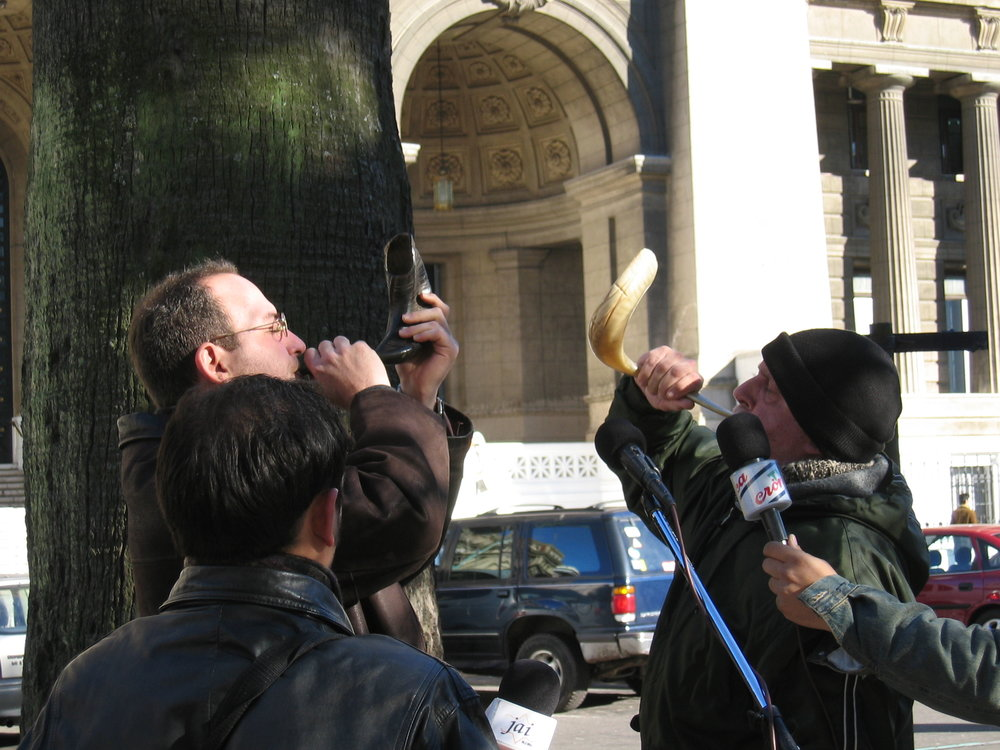 Memoria Activa  (Active Memory) in the Plaza Lavalle, facing the high courts (2004) (photo Natasha Zaretsky)