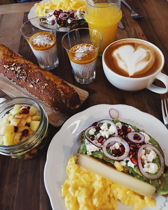 Week-end H-24 🤗 . On se retrouve chez Flea samedi et dimanche avec le soleil... pensez à réserver pour le Brunch de dimanche il reste un petit peu de place au service de 12h et d'avantage au service de 14h ... et biensur quelques places en terrasse 🍌🥝🥑🥖🥐☕️ . . . #saintouenfleamarket #lespucesdesaintouen #coffeeshop #happytime #brunch #brunchinparis #happyweekend