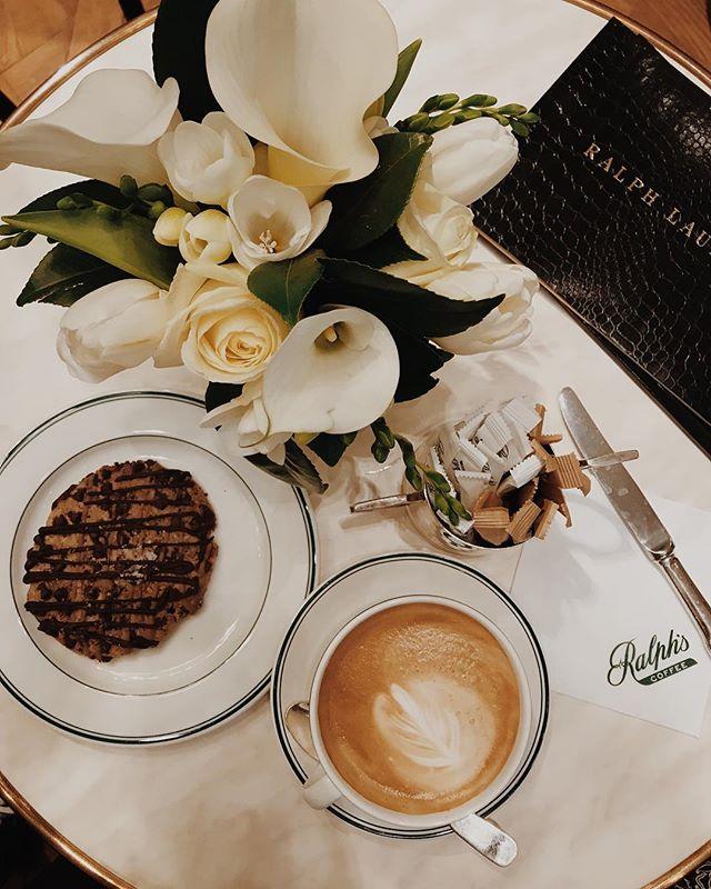Le plus chic des coffee-shop ☕️ Pendant deux semaines la boutique Ralph Lauren du boulevard Saint-Germain a installé un petit coffee dans la boutique je suis  donc passé prendre un petit-dej avant de rentrer à Marseille... a découvrir ! Bonne semaine 💋 . . . . #ralphlauren #coffeeshop #paris #iloveparis