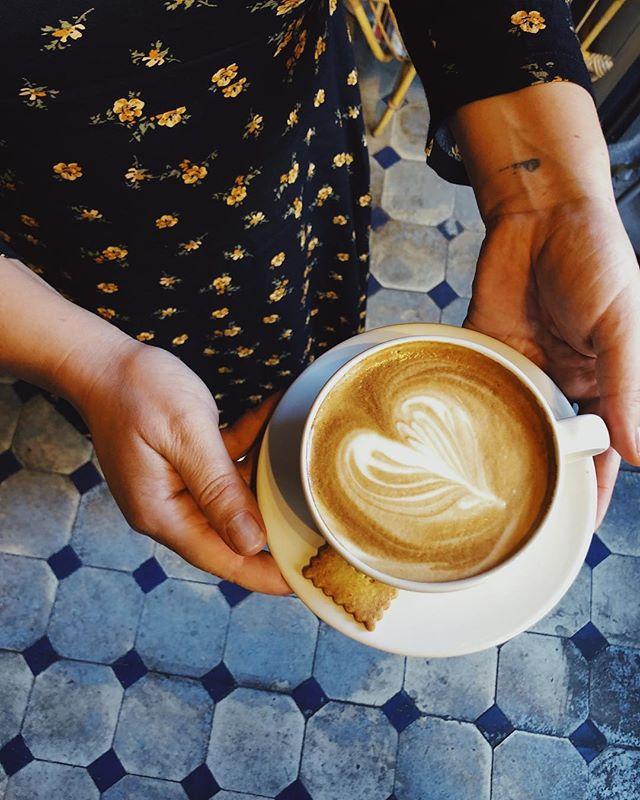Bientôt le week-end chez Flea ☕️ .Pensez à réserver pour le Brunch de 12h ou 14h il reste encore quelques places 💋 #coffeeshop #paris #saintouenfleamarket #conceptstore