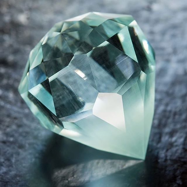 Aquamarine has grabbed my attention recently. With Mercury in retrograde and the moon in Aries, we need to use caution with our words. Speak with compassion and care, especially this week. 💜  Beautiful photo of a 21 carat aquamarine by @jeffreyhuntdesign