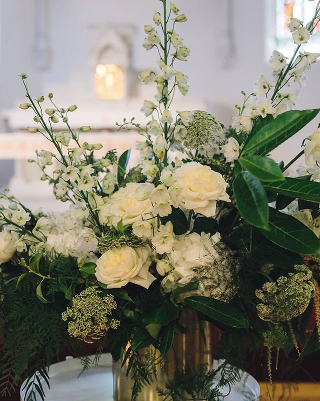 ·GREEN WHITE AND GOLD· #weddingflorist #melbournewedding #melbourne #florist #weddingflowers #gertrudejekyllstudio #abbotsfordconvent