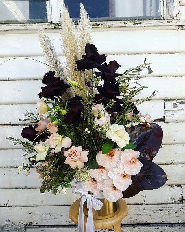 ·BLACK BLUSH AND GOLD· #melbourneflorist #flowerdelivery #flowers #flowerstagram #floristflowers