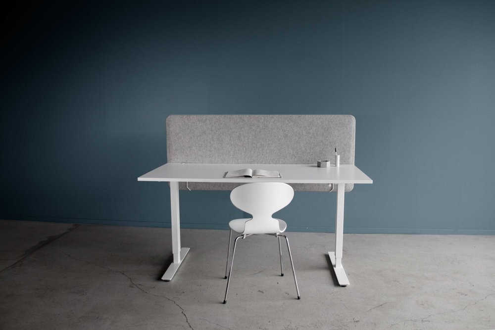 Grå-bordskjerm-front-blå-bakgrunn.jpg