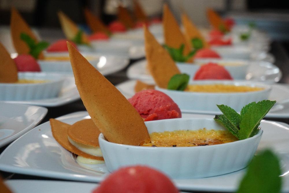 Unser Menü - Karotten-IngwersuppeCocosschaum…Gebratenens WolfsbarschfiletGurken-Kartoffelkruste | Rucola-Salat | Rote-Beete JusoderMaishähnchenbrustRosmarinkartoffeln | Gemüsestrauss | Preiselbeer Jus…Heiße LiebeHimbeerschnitte | Weisse Schokolade | Himbeerragout | Punschsorbet