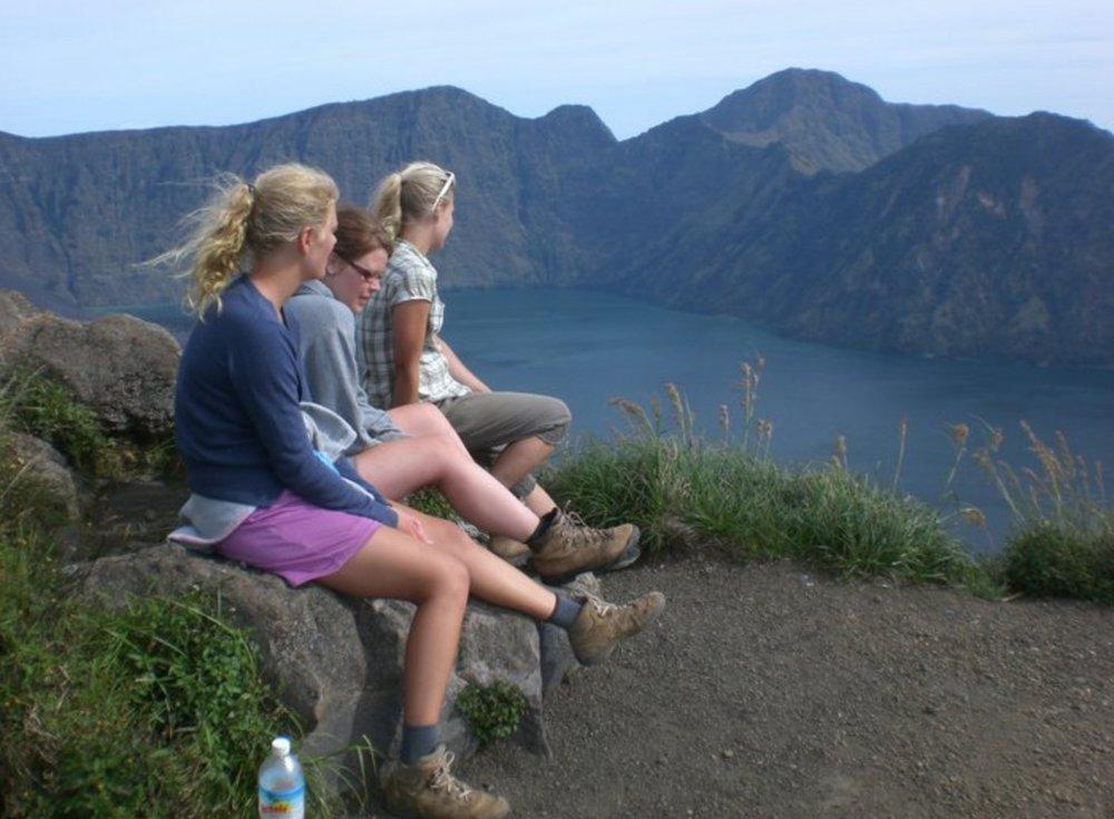 Ja sieltä vuorelta oli kyllä mahtavat maisemat! Kiitos Riina (vasemmalla) ja Tyyra (oikealla) matkaseurasta.