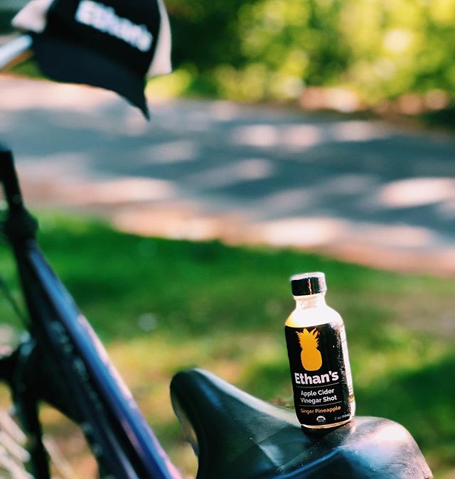Even if your morning started out lazy like ours, these shots will get you back on the road in no time 🚲 ☀️ . . . #health #applecidervinegar #ACV #instagood #DrinkEthans #TakeAShot #saturdaymorning #saturday #beyourself #weekend #applecidervinegar #delicious #pineapple