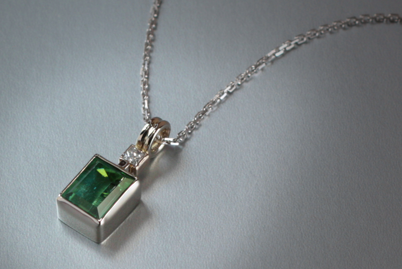 18k white gold green tourmaline pendant with diamond