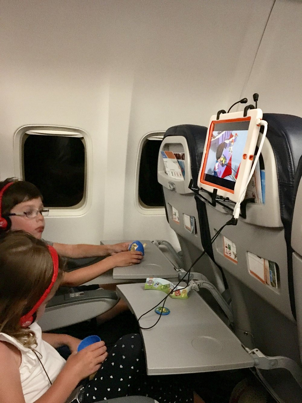 Travelling with kids - TabletHookz.com Tablet Hooks theairhook airhook tablet hook tablet stand Watch ipad on plane Watch movie on plane kids entertainment when travelling seatback