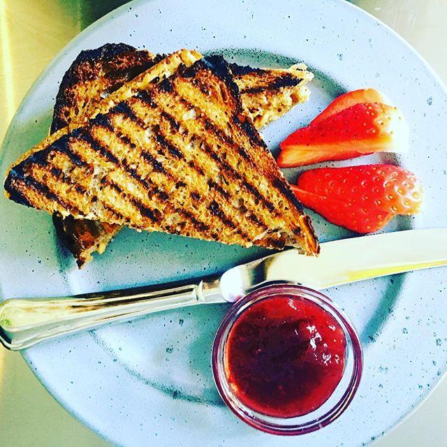 Kom ned og smag vores peanut bytter jelly toast med lækkert toastbrød bagt a @bagerietbrod ! Vi har åbent idag fra 10-24 og man kan spise toast hele dagen!