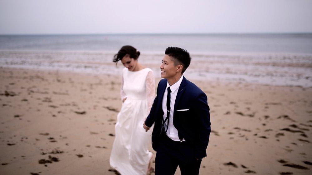 pareja riendo y paseando por la playa, fénix visual
