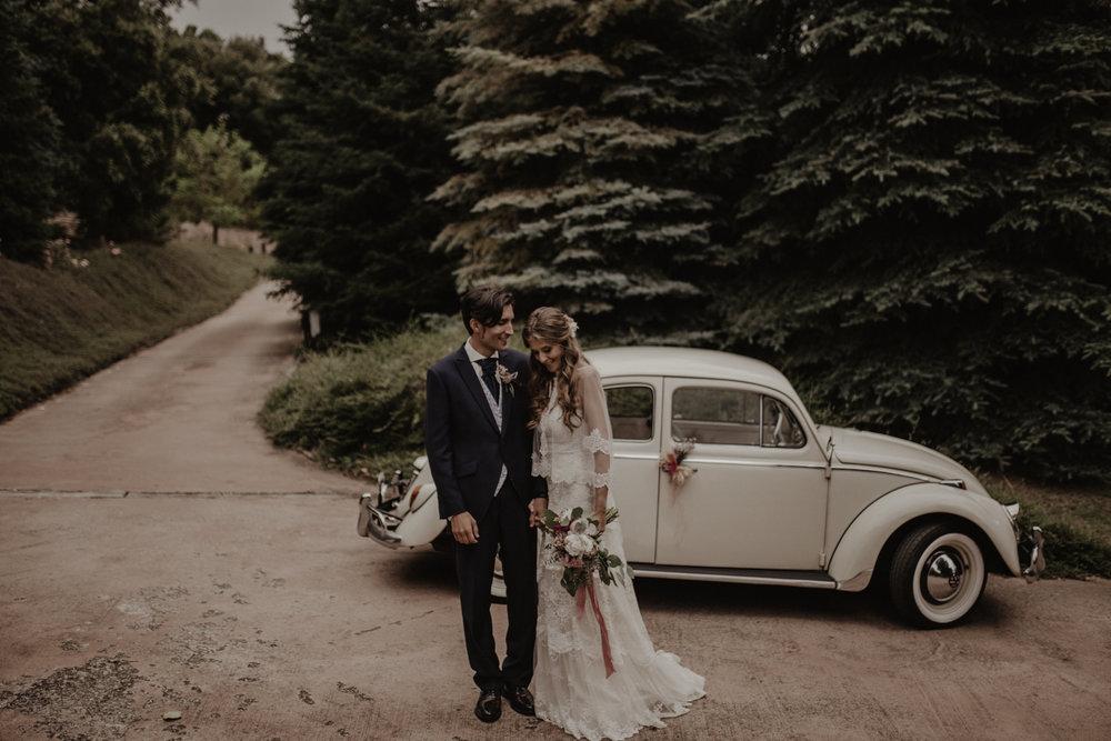 fénix visual, pareja de casados, boda civil, boda en barcelona, boda en la montaña, novios riéndose,
