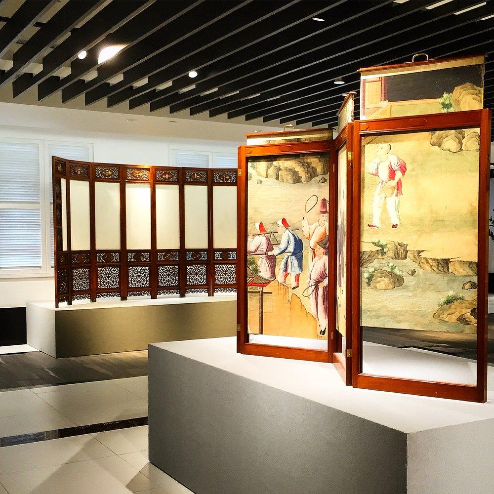 (<<异曲同工 – 18世纪中法古代家具艺术展>>当中的两件展品-图片来源︰两依藏)