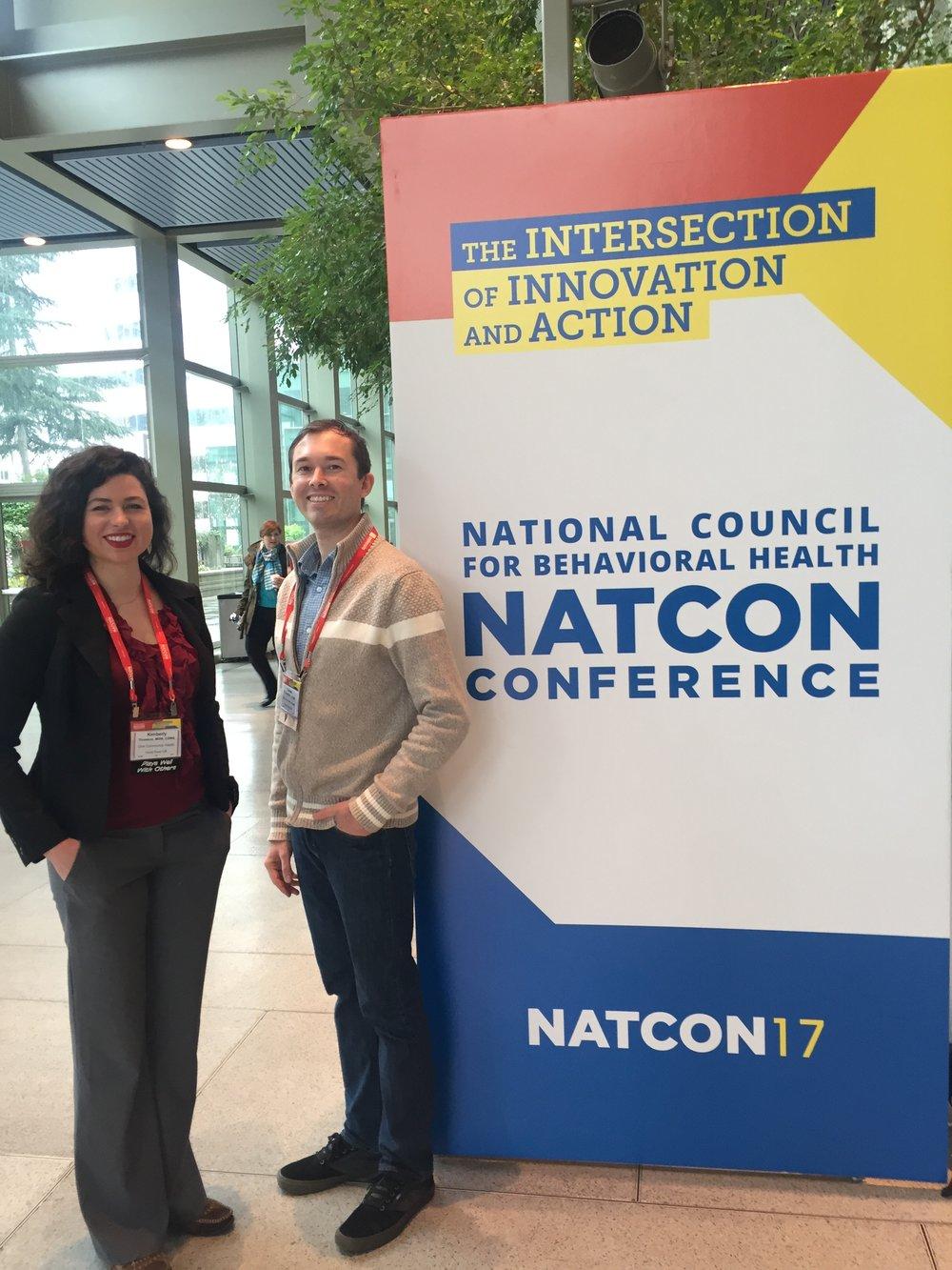Kimberly Thomson, MSW y Lucas O'Laughlin, LCSW MAC CADC III, de One Community Health asisten al Consejo Nacional para la Conferencia de Salud del Comportamiento, primavera de 2017.