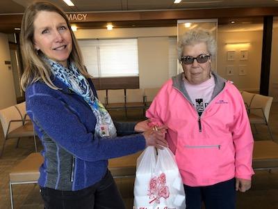 Elizabeth Aughney (izquierda) Directora de integración clínica de One Community Health, estaba encantado de estrenar los servicios de repartición de comida hawaiana de Lilo's BBQ, proporcionados por los clientes discapacitados de Opportunity Connections. Aquí Terry Bolton(derecha) de Opportunity Connections entrega el almuerzo para una reunión en el Centro de Cuidado de Salud.