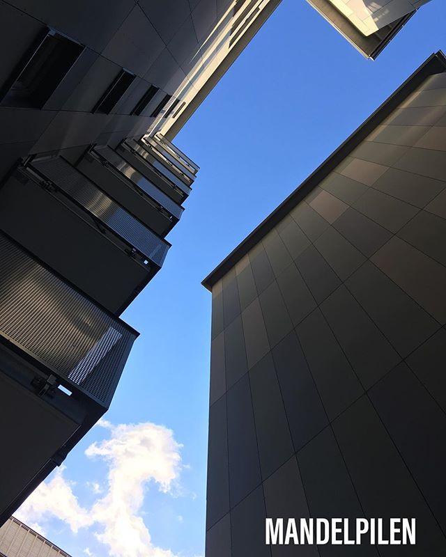 Inte långt kvar nu. Fasadskivor och balkonger på plats. Mandelpilen är snart färdig. #fasadskivor #östrasalabacke #platsledning #bemanning #snickeri #byggnation #måleri #uppsala #uppland #genuinyrkesstolthet #sannsnickarglädje #sbm #järntorget #lindbäcks #vianställer