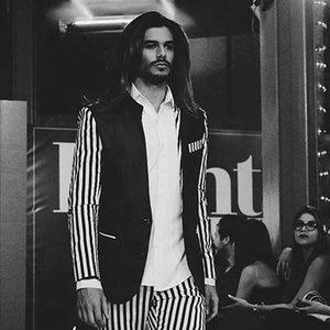 Moskem  Somos la primer tienda de ropa masculina y trajes de Novio personalizados hechos en El Salvador diseñada por las hermanas Yenny & Sindy Hernández.  http://www.moskem.com/   Facebook Page