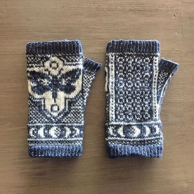 A long delay at the airport = plenty of time to weave in ends on a project I've been neglecting 🤣 I am obsessed with these. I mean can we just appreciate how cool this moon cycle is around the cuff!? Awesome pattern 👏 We're headed to colder weather now and I can't wait to wear them! 🦋 front and back pictured 🦋 #underwingmitts