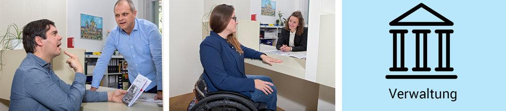 Übungssituation am Schalter. Eine Kursteilnehmerin erläutert einer stehenden Frau mit Sehbehinderung (erkennbar am gefalteten Langstock in der Hand) und einem sitzenden Mann mit Hörbehinderung (erkennbar am Cochlea-Implantat hinter dem Ohr) eine Broschüre.