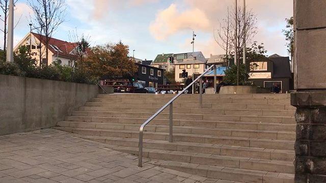 King of the spot @diegofioreseskt 🤴🏽 #skate #skater #diegofioerese #torshavn #føroyar #havnin #skating #faroeislands #færøerne #steinatún #kingofthespot #skateboard #utiliv