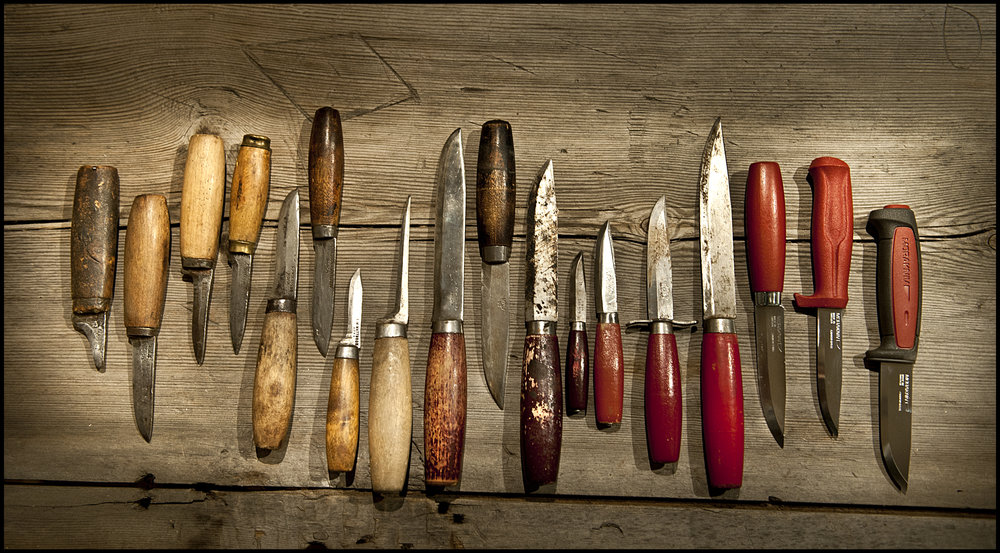 Mora har gjort knivar under lång tid och utvecklat både design och materialteknik under åren. Många av  klassikerna  håller emmelertid högsta kvalité än idag och förtjänar att lyftas fram i ljuset.