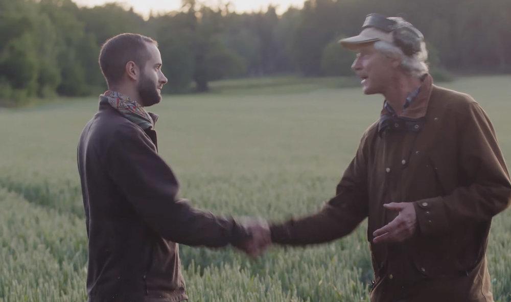 Peter Vilidu gratulerar Andreas Stenberg till ett lyckat skott