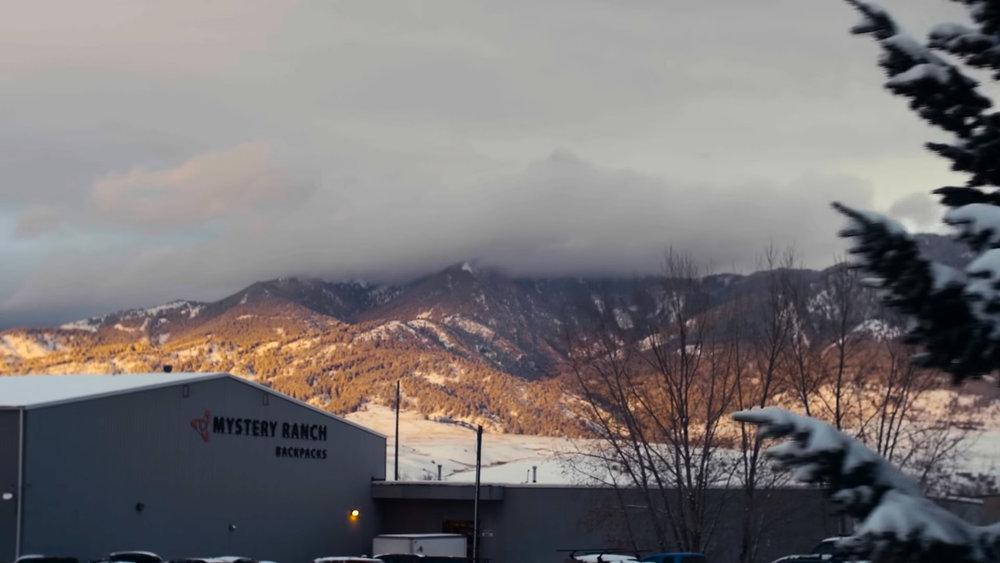 Ryggsäckarna sys för hand i fabriken vackert belägen vid bergen i Bozeman, Montana strax norr om Yellowstone Nationalpark