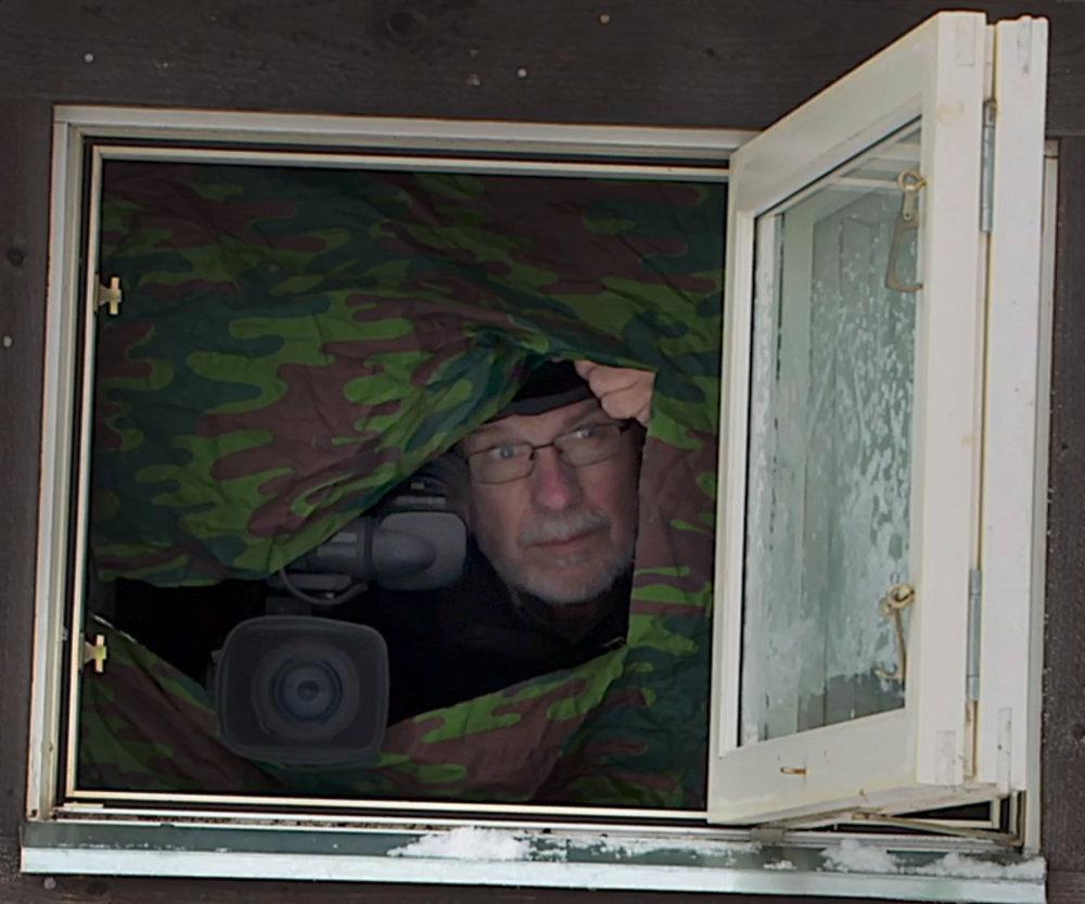 Filmaren Ulf Jonasson tittar ut ur sitt gömsle