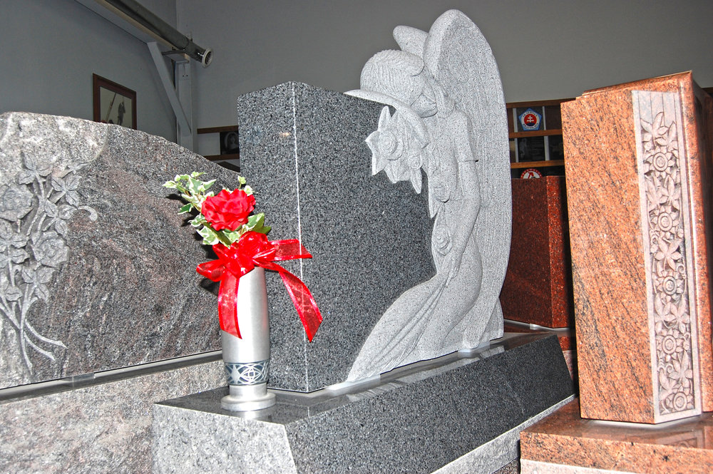 angel-on-the-grave-with-vase.jpg
