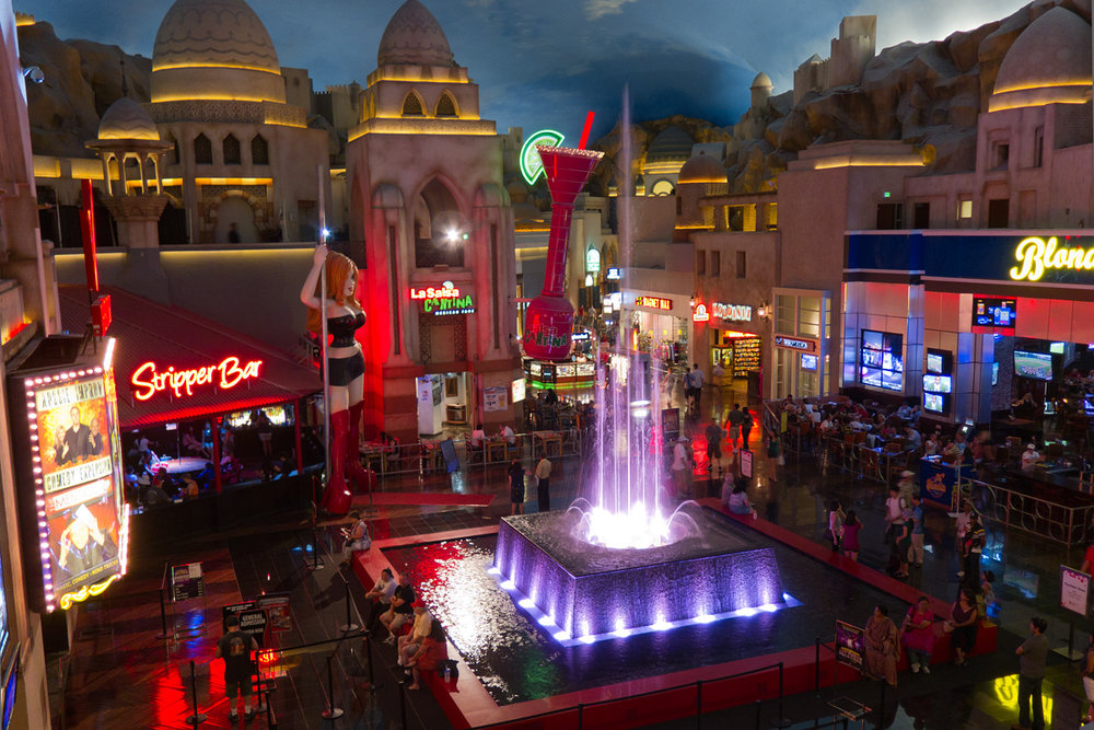 Miracle_Mile_Shops_Automated_Musical_Fountain_-_July_2011.jpg