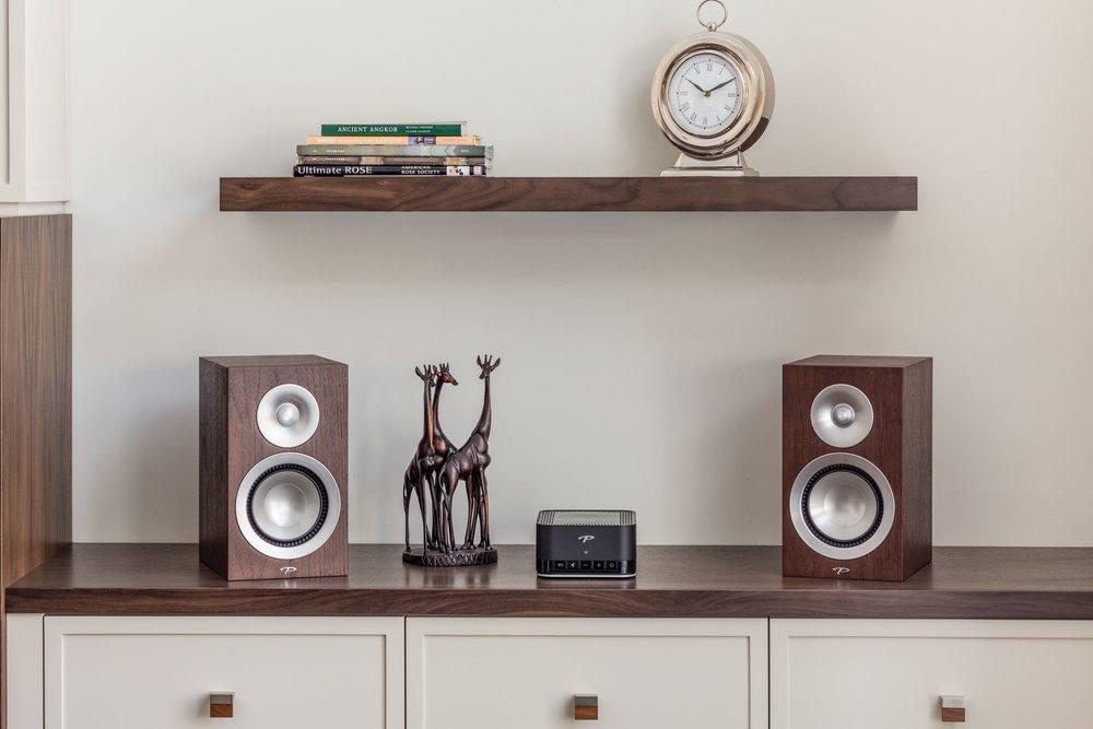 PARADIGM PW AMP - Sieťový zosilňovač, ktorý prekvapí malými rozmermi a veľkým dospelým zvukom za neuveriteľnú cenu. Silou tohto zosilňovača je Anthem Room Correction (ARC™). Ide o technológiu, ktorá optimálne vyladí a prispôsobízvuk pre akýkoľvek priestor.